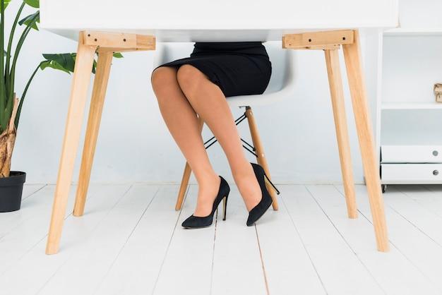 Mulher negócio, sentando, tabela