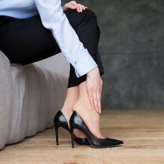 Mulher negócio, sofrimento, de, pernas, dor