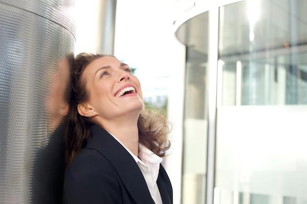 Mulher negócio, sorrindo, exterior, edifício escritório