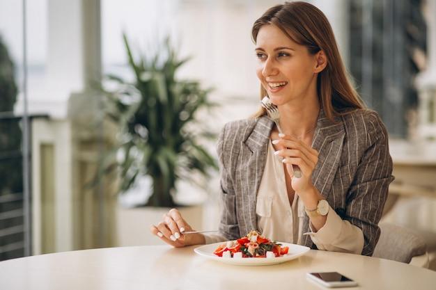Mulher negócio, tendo almoço, em, um, café