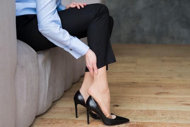 Mulher negócio, tendo, pernas, dor
