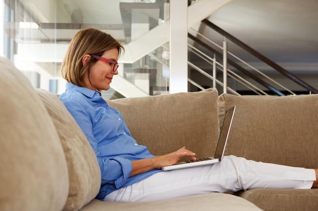 Mulher negócio, trabalhando casa, com, laptop