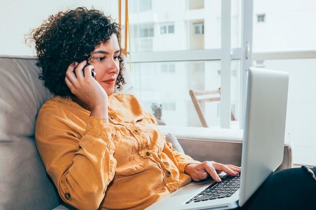 Mulher negócio, trabalhando casa
