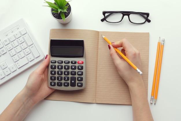 Mulher negócio, trabalhando, com, dados financeiros, mão, usando, calculadora