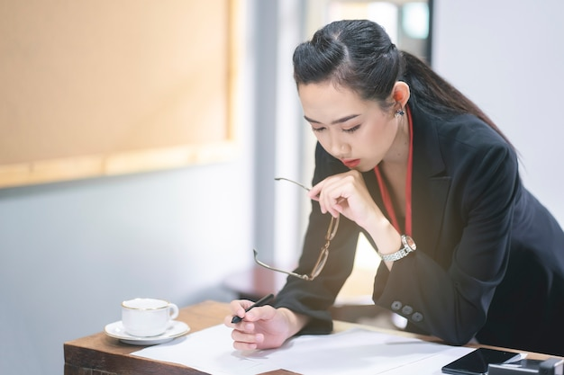 Mulher negócio, trabalhando, em, dela, local trabalho