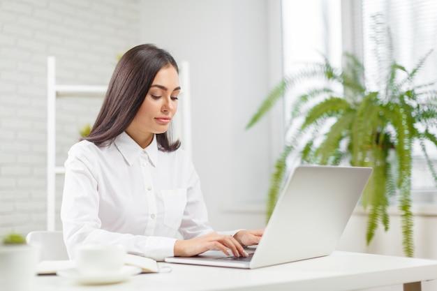 Mulher negócio, trabalhando, em, escritório