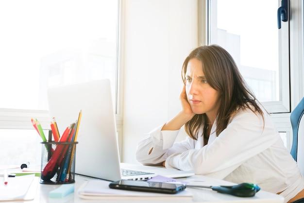 Mulher negócio, trabalhando, em, um, escritório