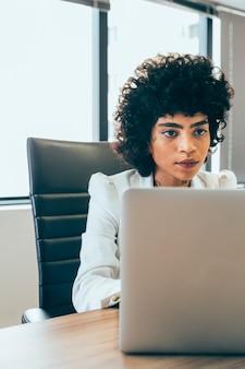 Mulher negócio, trabalhando, escritório
