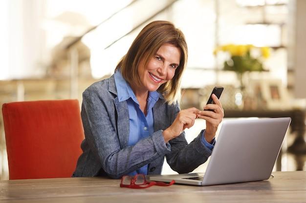Mulher negócio, trabalhar mesa, com, computador laptop, e, telefone