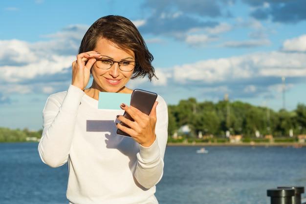 Mulher negócio, usando, app, ligado, um, esperto, telefone