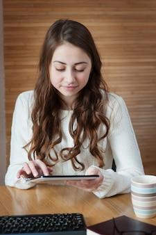 Mulher negócio, usando, digital, tabuleta, computador, pc