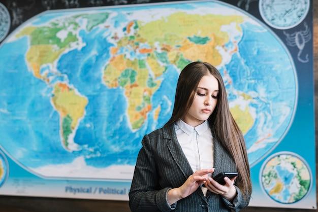 Mulher negócio, usando, smartphone, em, escritório