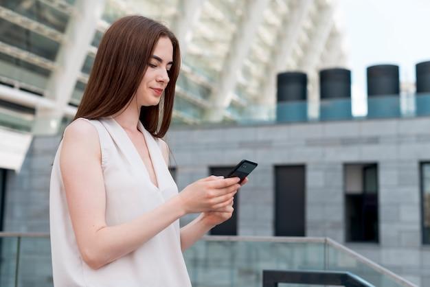 Mulher negócio, usando, smartphone, rua