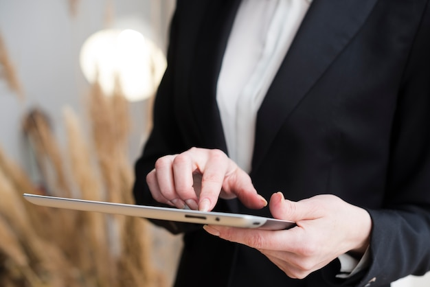 Mulher negócio, usando, tabuleta