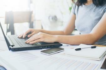 Mulher negócio, usando, um, laptop, para, análise, marketing