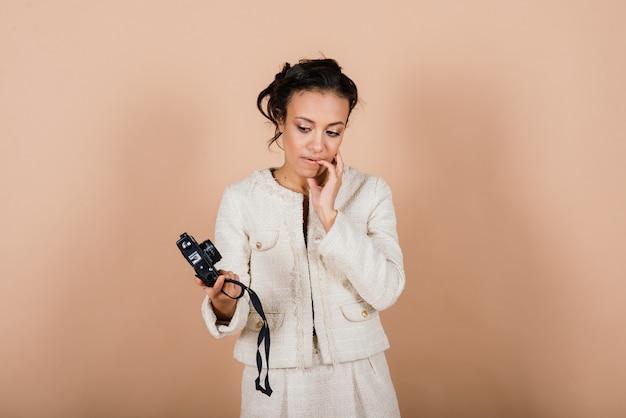 Mulher negra afro-americana atraente, usando uma câmera digital slr, tirando fotos em estúdio. estudante de fotografia e estilo de vida do turismo.