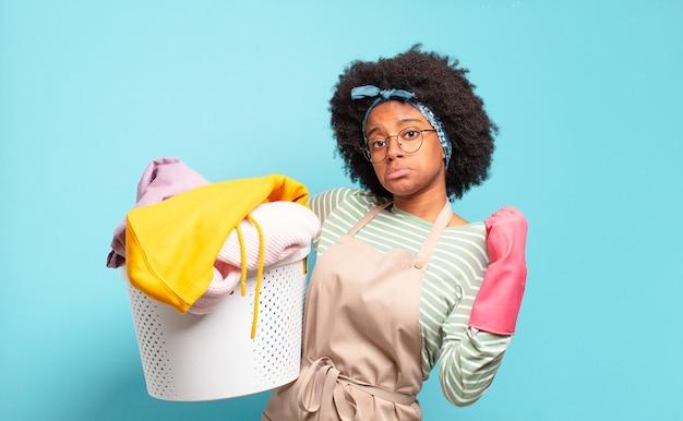 Mulher negra afro parecendo arrogante, bem-sucedida, positiva e orgulhosa, apontando para si mesma. conceito de limpeza. conceito doméstico