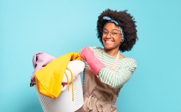 Mulher negra afro se sentindo feliz, positiva e bem-sucedida, motivada para enfrentar um desafio ou comemorar bons resultados. conceito de limpeza. conceito doméstico