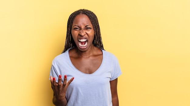 Mulher negra bonita parecendo zangada, irritada e frustrada gritando wtf ou o que há de errado com você