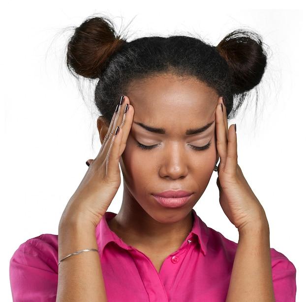 Mulher negra casual com dor de cabeça