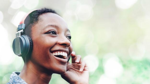 Mulher negra com auscultadores