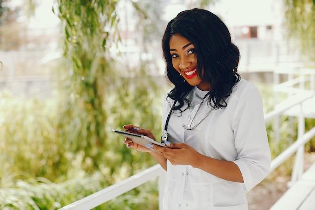 Mulher negra com estetoscópio