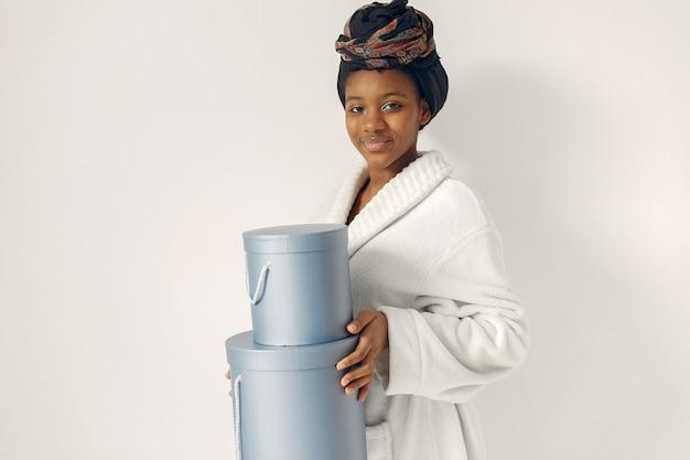Mulher negra com presentes