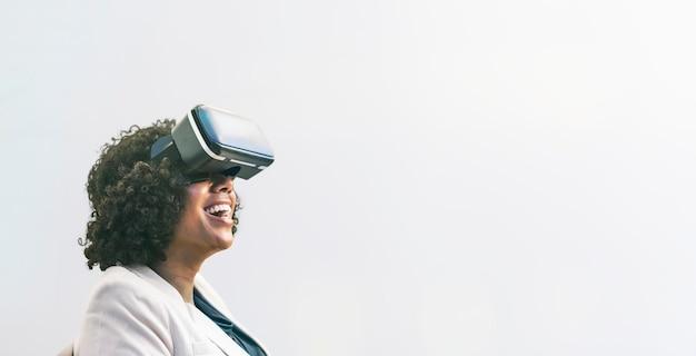 Mulher negra curtindo fone de ouvido de realidade virtual