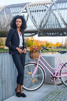 Mulher negra de negócios com bicicleta vintage
