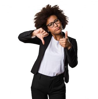 Mulher negra de negócios fazendo gesto contraditório