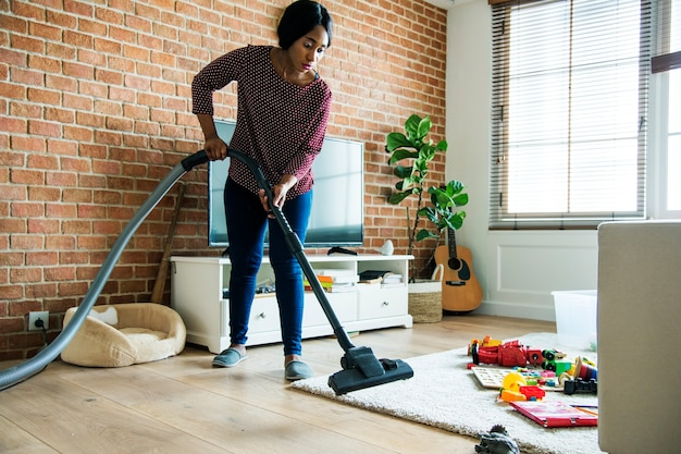 Mulher negra é sala de limpeza