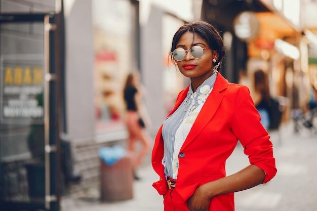 Mulher negra em uma cidade