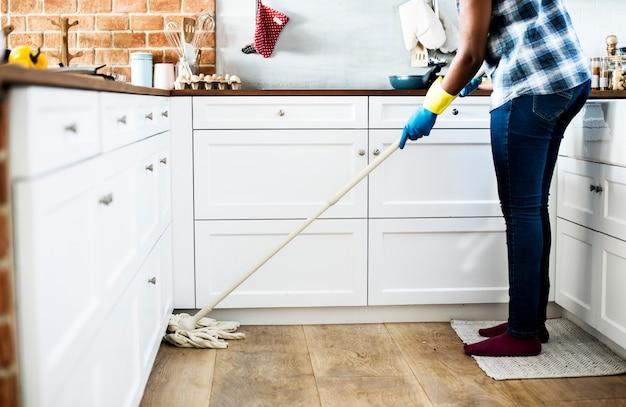 Mulher negra fazendo tarefas domésticas