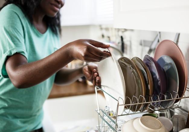 Mulher negra lavou os pratos