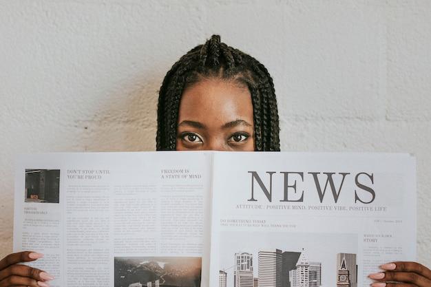 Mulher negra lendo jornal