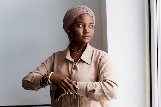 Mulher negra muçulmana. mulher de negócios africana. posando de modelo.