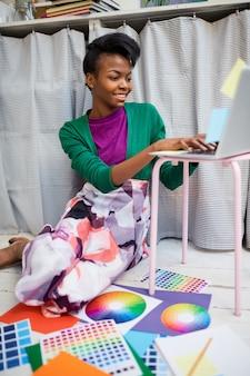 Mulher negra, navegando na internet. designer gráfico trabalhando