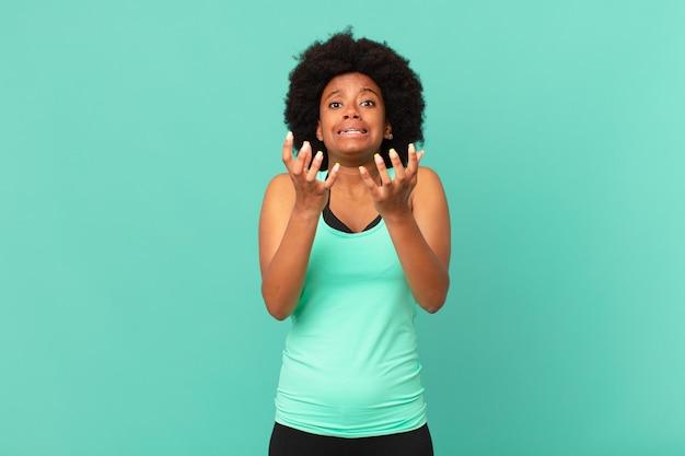 Mulher negra negra parecendo desesperada e frustrada, estressada, infeliz e irritada, gritando e gritando