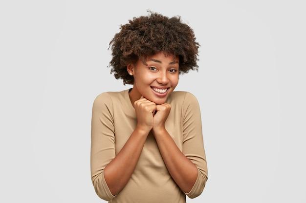 Mulher negra positiva com expressão feliz e fofa