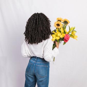 Mulher negra, segurando, buquê flores