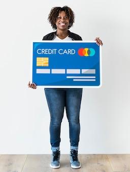 Mulher negra, segurando, cartão crédito, isolado