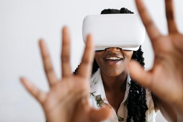 Mulher negra usando fone de ouvido de realidade virtual