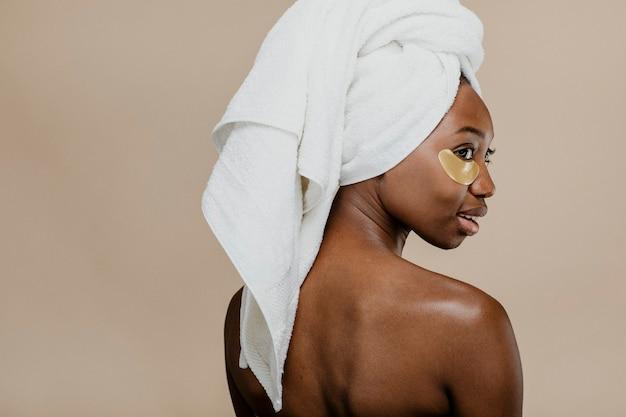 Mulher negra usando máscara dourada