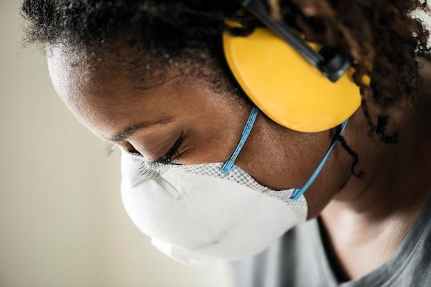 Mulher negra, usando, proteção orelha