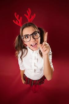 Mulher nerd bizarra com sinal de mão