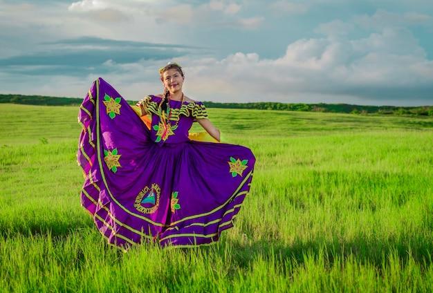 Mulher nicaraguense em traje popular, mulher nicaraguense em traje popular