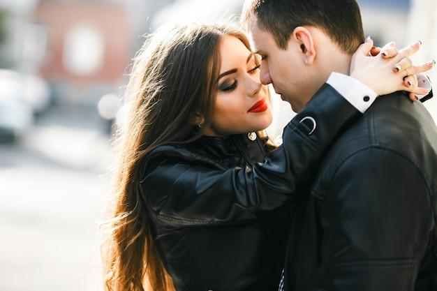 Mulher no amor com as mãos no pescoço de seu namorado