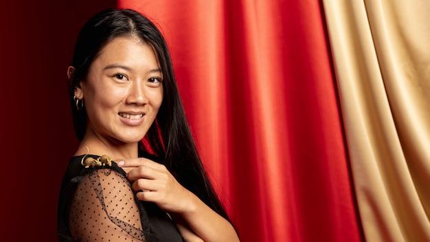 Mulher no ano novo chinês posando com estatueta de rato