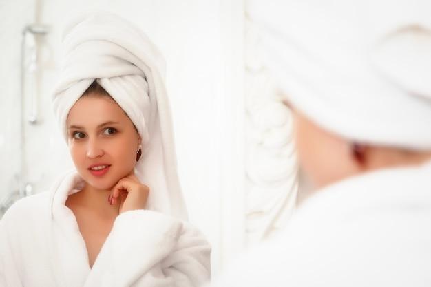 Mulher no banheiro do hotel depois do banho
