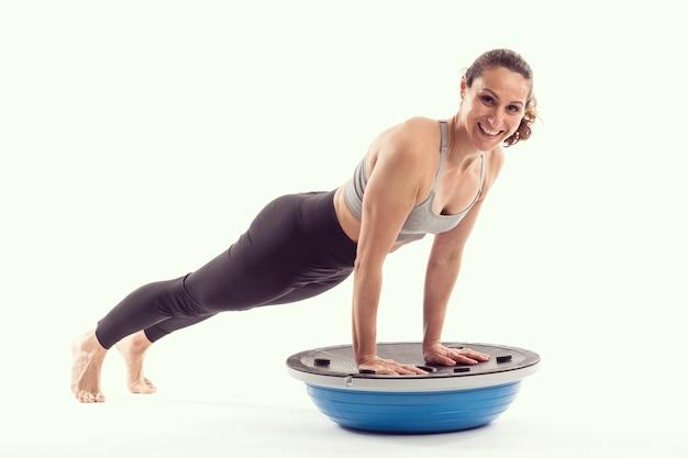 Mulher no bossu invertido fazendo exercícios